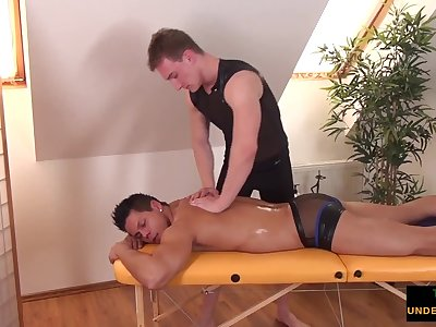 twunk masseur gets dick out for happy ending